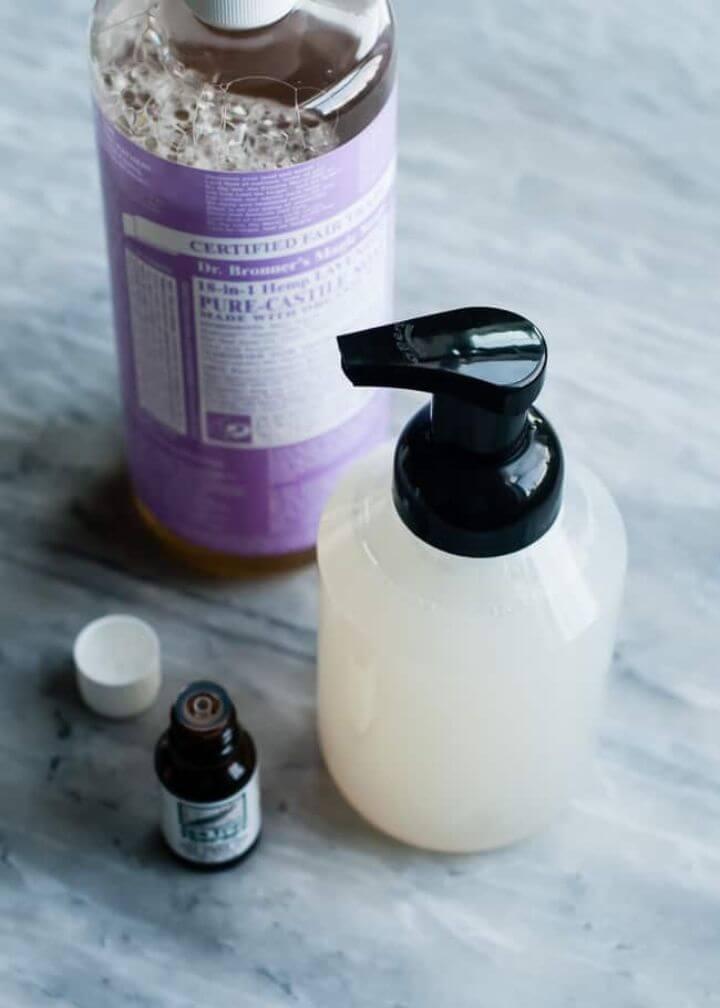 5 Naturally Antibacterial Bathroom Cleaners